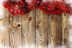在木hoarfrostedï ¿ ½桌上的被编织的围巾 免版税库存照片