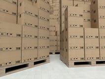 在木paletts的纸板箱,在仓库里面 免版税库存照片