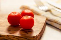在木stong的西红柿 免版税库存图片