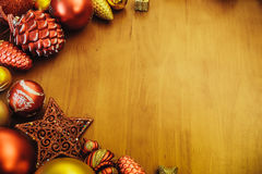 在木TableBackground的圣诞节装饰 葡萄酒概念 库存图片
