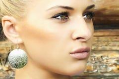 在木wall.beauty woman.village附近的美丽的白肤金发的女孩 免版税库存图片
