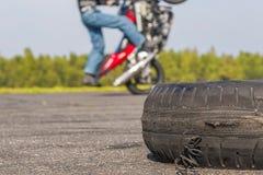 在未使用的跑道的摩托车把戏 免版税库存图片