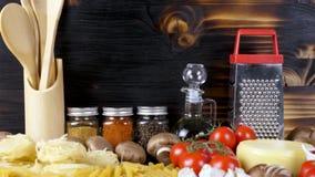在未加工的未煮过的面团旁边品种的不同的新鲜蔬菜  影视素材
