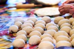 在未加工的面团烹调的,巴尔干的c一个全国盘的饺子 库存图片