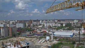 在未完成的修造的工地工作的黄色塔大厦起重机 影视素材