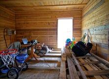 在未完成的农村房子里面在夏天 库存图片
