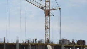 在未完成的居民住房工地工作的建造者 股票录像