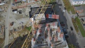 在未完成的居民住房工地工作的起重机举的货物 影视素材