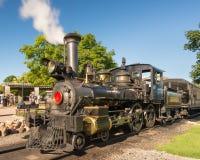 在未开发的地区村庄的蒸汽机车 库存图片