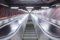 在未来派大厦的自动扶梯 免版税图库摄影