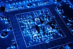 在未来派技术概念的电子线路在mainboard 免版税库存图片
