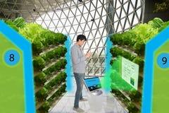 在未来派概念的聪明的农业,聪明的农夫显示器, k 免版税图库摄影
