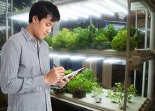在未来派概念,农夫用途技术t的聪明的农业 库存照片