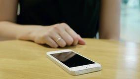 在未来派用户界面概念电话的女孩新闻 图形用户界面- GUI 头显示- HUD 股票视频