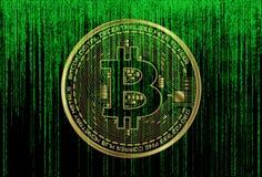 在未来派绿色矩阵背景的Bitcoin标志 BTC数字式cryptocurrency标志二进制编码数字 大数据 免版税库存照片