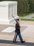 在未知数的坟茔,阿灵顿国家公墓的卫兵 免版税库存图片