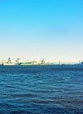 在本杰明・富兰克林桥梁附近的船在特拉华河在费城 图库摄影