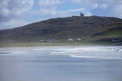 在本Hynish泰里岛的NATS雷达 库存照片