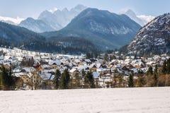 在朱利安阿尔卑斯山下的一点村庄Mojstrana 免版税库存照片