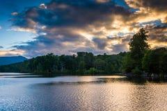 在朱利安Price湖的日落,沿N的蓝岭山行车通道 库存照片