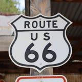 在朴树果的历史的路线66路标 arizonian 免版税库存照片