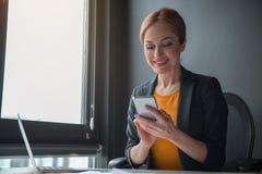 在机动性的快乐的女实业家文字 免版税图库摄影