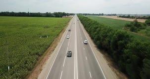 在机动车路、高速公路交通-卡车和汽车的空中飞行在路 股票录像