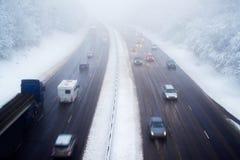 在机动车路的交通在雪风暴期间 免版税库存图片