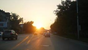 在机动车路的汽车乘驾在日落 股票视频