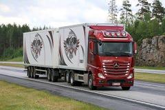 在机动车路的红色奔驰车Actros卡车运输 免版税库存图片