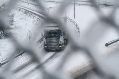 在机动车路的降雪 免版税库存图片