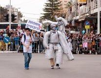 在机器人Ñ  arnival的参加者打扮的沿st走 图库摄影