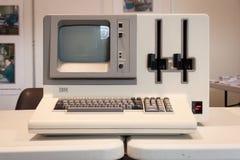 在机器人和制造商展示的葡萄酒计算机 免版税库存图片