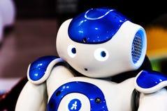 在机器人学商展的蓝色机器人2016年 图库摄影