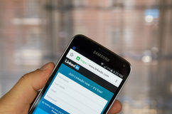 在机器人智能手机的Linkedin应用 免版税图库摄影