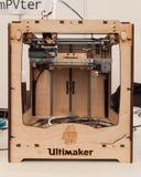 在机器人的木3d打印机和制造者显示 库存照片