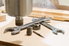 在机器的工作木雕的 免版税库存照片