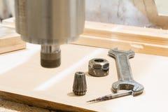 在机器的工作木雕的 免版税库存图片