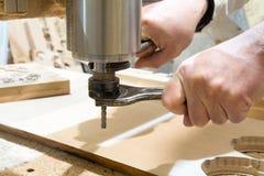 在机器的工作木雕的 库存照片