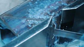 在机器的引形钢锯有凉水关闭喷气机的  冷却的液体喷气机  影视素材
