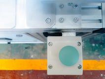 在机器的绿色推挤开关按钮instrall开始和中止的 库存图片