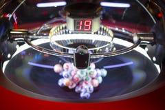 在机器19的五颜六色的抽奖球 库存图片