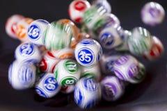 在机器35的五颜六色的抽奖球 库存照片
