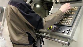 在机器CNC控制板的工作  金属工艺铣床 切口金属现代加工技术 股票视频