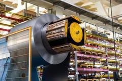 在机器decoiler的被冷轧的钢卷在金属制品制造业中 库存照片
