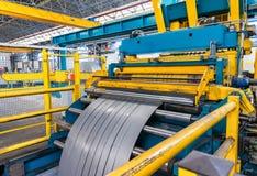 在机器decoiler的被冷轧的钢卷在金属制品manuf的 免版税库存图片