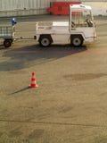 在机场交换运输行李的车 免版税库存图片