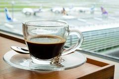 在机场休息室的浓咖啡 免版税库存图片