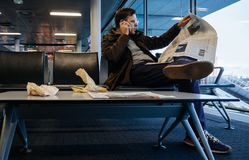 在机场供以人员读书纽约时报杂志报纸 库存图片