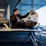 在机场供以人员读书纽约时报杂志报纸 图库摄影